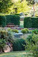 Terranssenförmig angelegter Garten mit Hainbuchenhecke