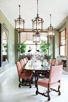 Esstafel mit eleganten Kerzenhaltern und Stühlen in hellem Esszimmer