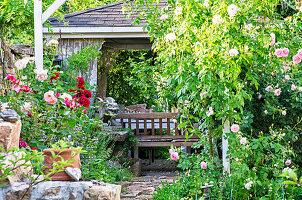 Versteckter Pavillon im Rosengarten