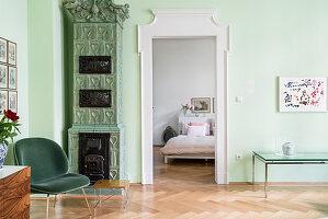 Kachelofen im Wohnzimmer mit grüner Wand