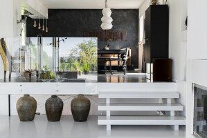 Offene Küche und Essbereich auf Split Level mit Glasabtrennung und weißer Treppe