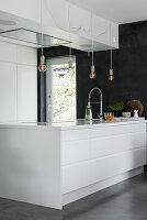 Elegante weiße Designerküche mit großzügiger Kücheninsel