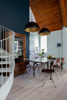Essbereich in Maisonette-Wohnung unter gewölbter Holzdecke