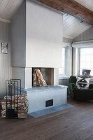 Moderner offener Kamin im Wohnzimmer eines Holzhauses