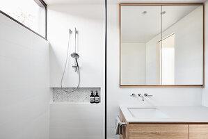 Modernes Bad mit klarer Linie und quadratischem Spiegel