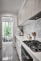Moderne Küche in Grautönen mit Gartenzugang