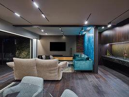 Eleganter Fernsehbereich mit Designer-Sofas in offenem Wohnraum