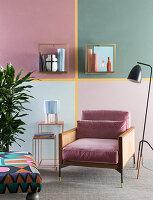 Wand mit Washi Tape in Vier geteilt, Regale, Bestelltisch, Sessel und Stehlampe