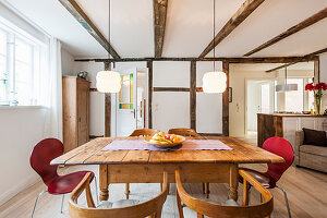 Rustikaler Esstisch mit Stühlen in offenem Wohnraum