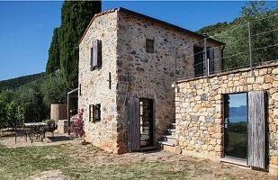Rustikales Natursteinhaus in Italien mit Terrasse und Garten
