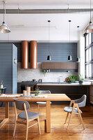 Wohnraum mit Esstisch und offener Küche im Industriestil