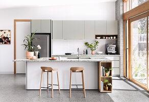 Moderne offene Küche im Skandinavischen Stil mit Gartenzugang