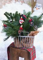 Metallkorb mit Weihnachtgesteck