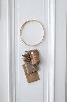 DIY-Adventskalender an weißer Tür