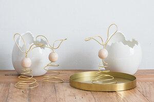 Osterhasen aus goldenem Draht und Holzperlen