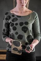Frau im Pullover mit DIY-Textildruck