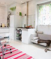 Hundesofa und Essplatz in der offenen Küche in Weiß