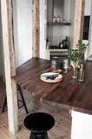 Edelholzplatte als Frühstückstheke, in Holzstützen integriert