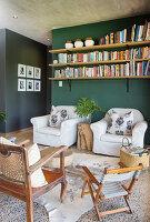 Wohnzimmer in Naturtönen mit dunkelgrüner Wand
