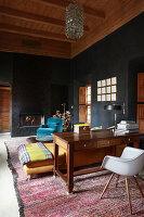 Orientalisches Wohnzimmer mit schwarzen Wänden und Holzdecke