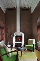 Grüne Sessel im kleinen Wohnzimmer mit Kamin