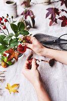 Herbstlichen Strauß arrangieren