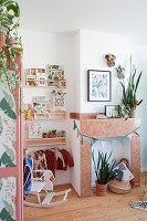 Kinderzimmer im Mid Century Stil in Rosé und Grün