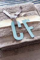 Selbstgebastelte Initialien aus Papier für Gästehandtücher