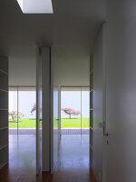 Blick durch geöffnete Türen in Patio