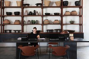 Rezeptionsbereich eines Boutique-Hotels mit dekorativen Holzregalen