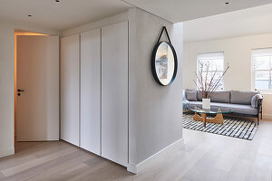 Blick in helles Wohnzimmer mit Polstersofa und Coffeetable