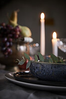 Weihnachtlich dekorierter Tisch mit Kerzen (Detailansicht)
