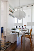 Table and chairs between partition walls and sliding doors in dining area
