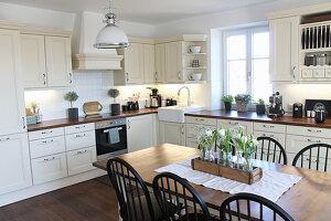 Landhausküche mit Esstisch im Skandinavischen Stil