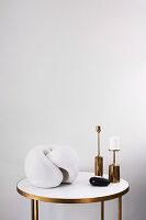 Beistelltisch mit moderner Skulptur und Kerzenhaltern