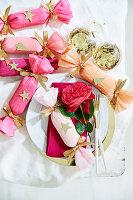Selbstgebastelte Knallbonbons als weihnachtliche Tischdekoration