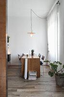 Modernes Esszimmer in gedeckten Farben und schlichtem Desing