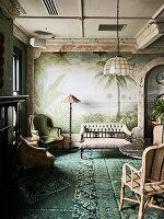 Coffeetable und antike Sitzmöbel im Hotel Esplanade (Melbourne, Australien)