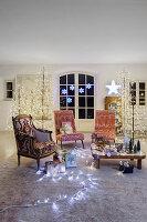Wohnzimmer weihnachtlich dekoriert mit Lichterketten und Lichterbäumen