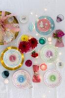Dekorative Porzellanteller, Blumen und Windlichter als Weihnachtsdekoration