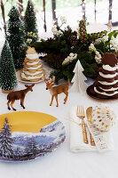 Porzellanteller mit Wintermotiv auf weihnachtlich dekoriertem Tisch