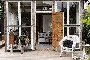Rustikales Gartenhaus im Skandinavischen Stil mit Terrasse