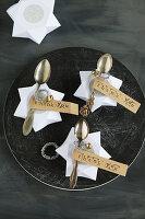 Gastgeschenk mit selbstgemachter Sternenbox und antikem Löffel zumit gestempeltem Etikett und Botschaft