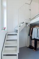 Kleiderstange unter Treppenaufgang