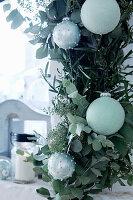 Girlande aus Eukalyptus-, Oliven und Lorbeerzweigen mit Weihnachtskugeln