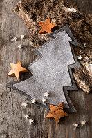 Wintry arrangement with grey felt Christmas tree