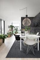 Moderner offener Wohnraum in Grau und Weiß mit Esstisch