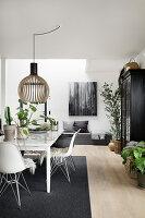 Modernes Esszimmer im Skandinavischen Stil in Schwarz-Weiß