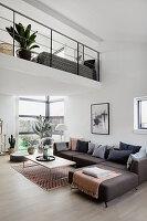 Graues Ecksofa im modernen offenen Wohnraum mit Galerie