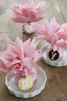 Tischdekoration und Platzkarte mit Serviettenblumen und Initialen aus Modelliermasse